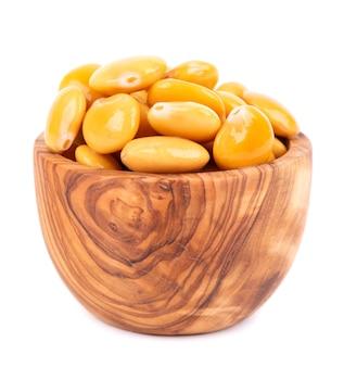 Marynowana fasola łubinu żółtego w misce z oliwek na białym tle tournus konserwowany łubin