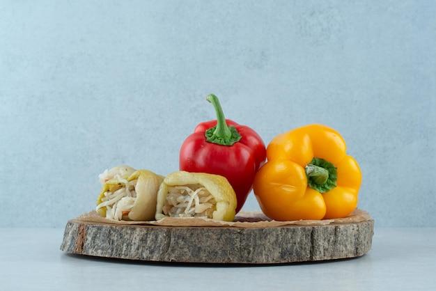 Marynowana papryka faszerowana sfermentowanymi warzywami i papryką.