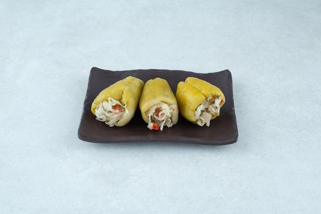Marynowana papryka faszerowana sfermentowanymi warzywami.