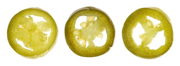Marynowana papryka jalapeno na białym tle plastry konserwowanego gorącego serrano z bliska na górze