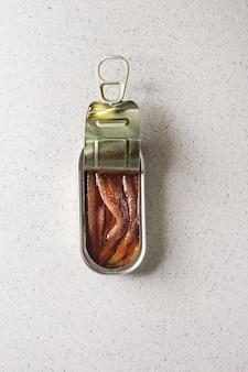 Marynowane anchois w puszce