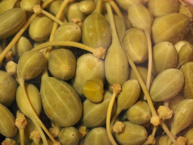 Marynowane jagody kaparowe w szklanym słoju