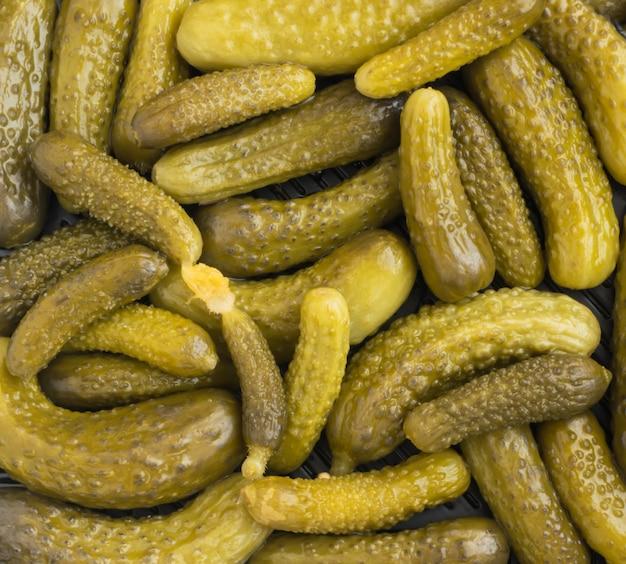 Marynowane korniszony lub ogórki