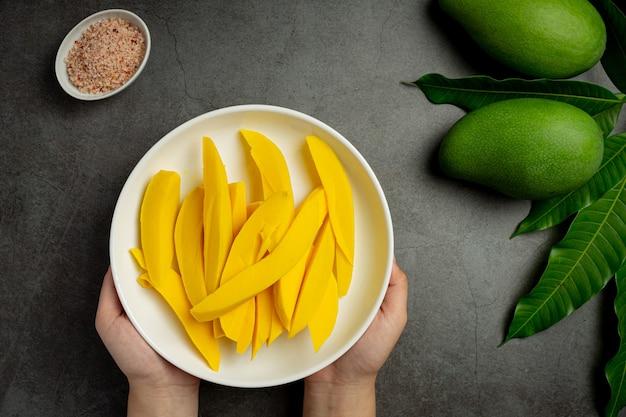Marynowane mango na ciemnej drewnianej powierzchni