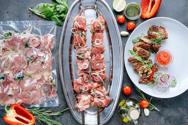 Marynowane mięso na grilla. mięso pakowane próżniowo i marynowane