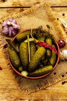 Marynowane ogórki kiszone z przyprawami i ziołami