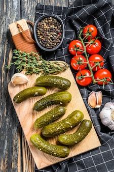 Marynowane ogórki kiszone z ziołami i przyprawami