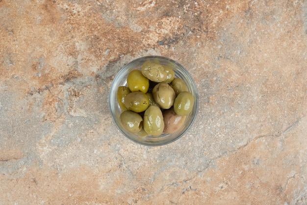 Marynowane zielone oliwki w szklanej misce