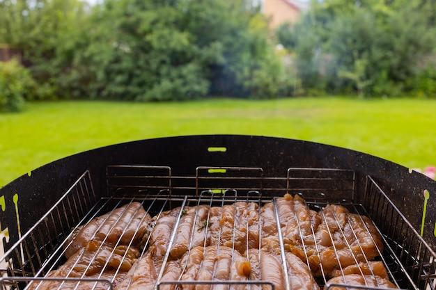 Marynowany grillowany kurczak na płonącym grillu