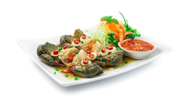 Marynowany krab w słodkim sosie rybnym serwowany w pikantnym sosie chili tajskim