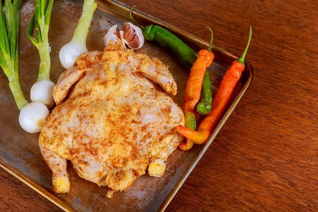 Marynowany kurczak gotowany w wolnej kuchence.