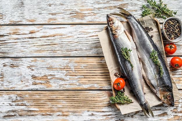 Marynowany śledź nordycki na drewnianym talerzu
