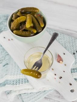 Marynowany sok, ogórek kiszony i marynowany ogórek w misce. czyste jedzenie, koncepcja wegetariańskiego jedzenia