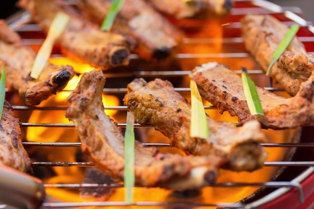 Marynowany z sosem bbq wieprzowina zapasowa żebra na gorącym grillu.