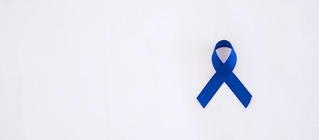 Marzec miesiąc świadomości raka jelita grubego, ciemnoniebieska wstążka do wspierania ludzi żyjących i chorych.