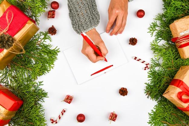 Marzenia o planach celów tworzą listę zapisów noworocznego konceptu bożego narodzenia w zeszycie