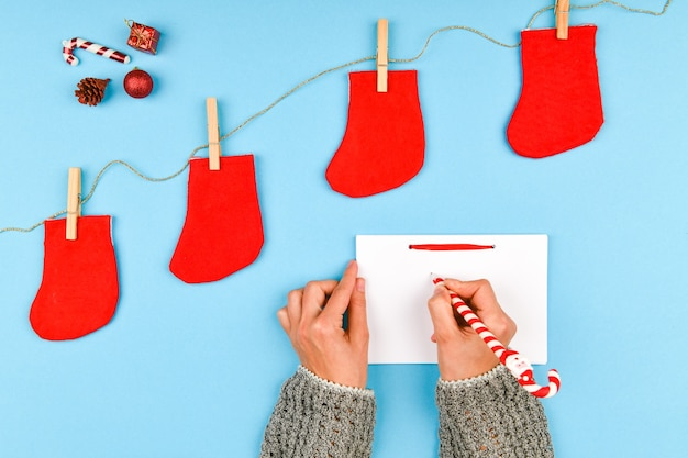 Marzenia o planach celów tworzą listę zapisów noworocznych koncepcji świątecznych w notatniku
