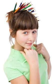Marzy dziewczyna z pisakiem we włosach