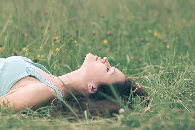 Marzy młoda kobieta relaks w upalny letni dzień. zdjęcie z miejscem na kopię
