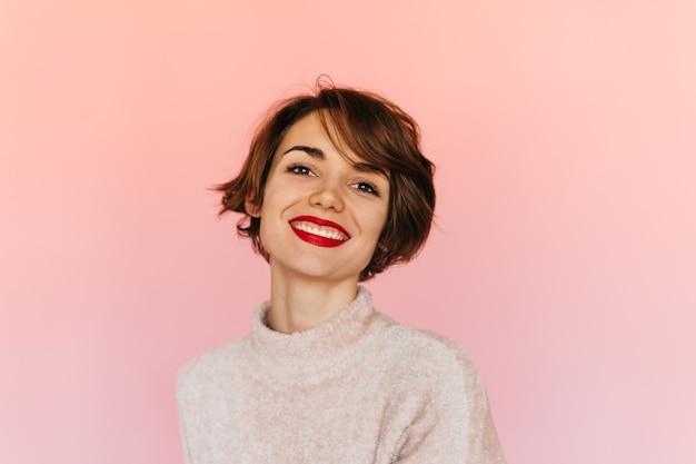 Marzycielska krótkowłosa kobieta, patrząc z przodu
