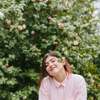 Marzycielska ładna dziewczyna z kwiatami w włosy