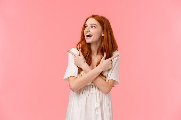 Marzycielska rudowłosa kobieta, rozglądając się zdziwiona i rozbawiona szczęśliwym uśmiechem
