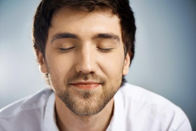 Marzycielski szczęśliwy człowiek zamyka oczy, czeka niespodzianka
