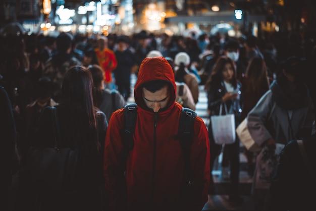 Masa ludzi przechodzących przez ulicę w tokio