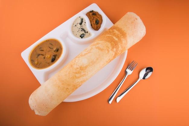 Masala dosa to południowoindyjskie danie podawane z sambharem i chutneyem kokosowym. selektywne skupienie