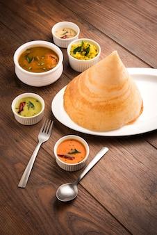 Masala dosa z chutney i sambarem oraz ziemniaczanym sabzi trójkąt stożkowy lub roll shap