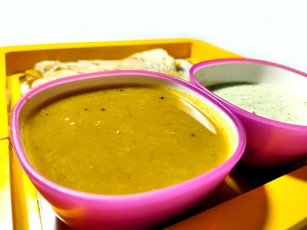 Masala dosa z sambhar i chutney, bardzo znane danie południowoindyjskie. widok z góry selektywna ostrość