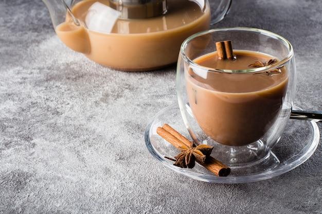 Masala herbata w ceramicznej filiżance z pikantność