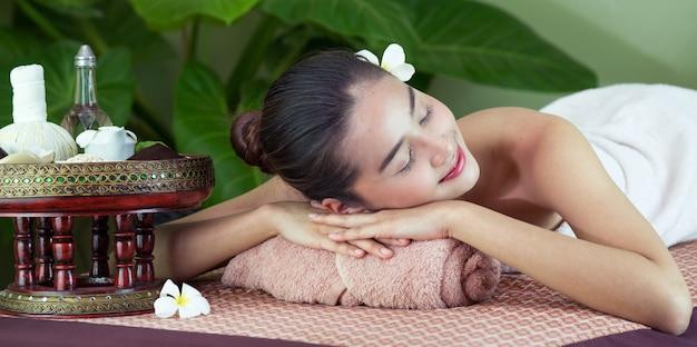 Masaż ciała spa kobieta ręce leczenie. kobieta ma masaż w zdroju salonie