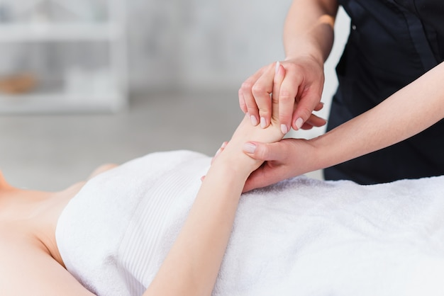 Masaż dłoni. fizjoterapeuta naciska określone miejsca na kobiecej dłoni. fachowe zdrowie i wellness akupresury manipulacje, kopii przestrzeń, zbliżenie