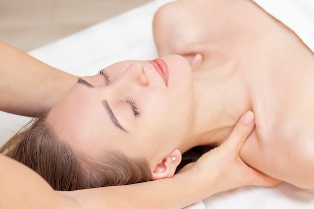 Masaż i pielęgnacja ciała. spa masaż ciała kobieta ręce leczenie. kobieta o masażu w salonie spa dla pięknej dziewczyny