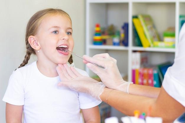 Masaż logopedyczny języka dziewczynki