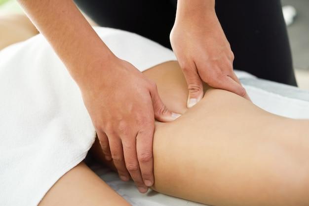 Masaż medyczny na nodze w centrum fizjoterapii.