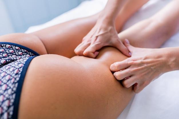 Masaż nóg i pośladków w celu redukcji cellulitu i mięśniaka żył oraz zachowania zdrowego wyglądu. pielęgnacja skóry i ciała.