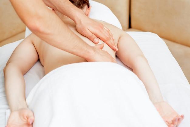 Masaż pleców na plecach kobiety