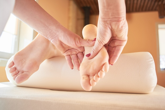 Masaż stóp z bliska w salonie spa