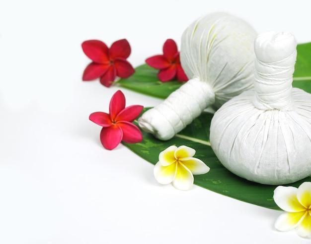 Masaż tajski spa kompres kulki ziołowy ballrelax i koncepcja zdrowej pielęgnacji