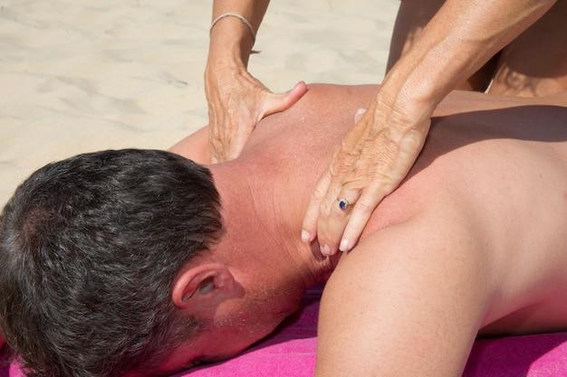 Masaż terapii rozciągliwej szyi szyi na zewnątrz plaży