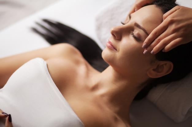 Masaż twarzy spa. zabieg na twarz. salon spa. terapia