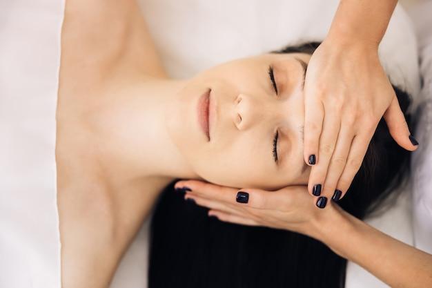 Masaż twarzy w salonie kosmetycznym spa masaże twarzy zabiegi kosmetyczne pielęgnacja ciała pielęgnacja skóry wellness