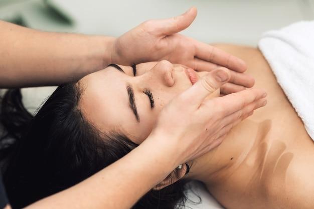 Masaż twarzy w spa. klinika kosmetyczna, spa, wellness, koncepcja opieki zdrowotnej.