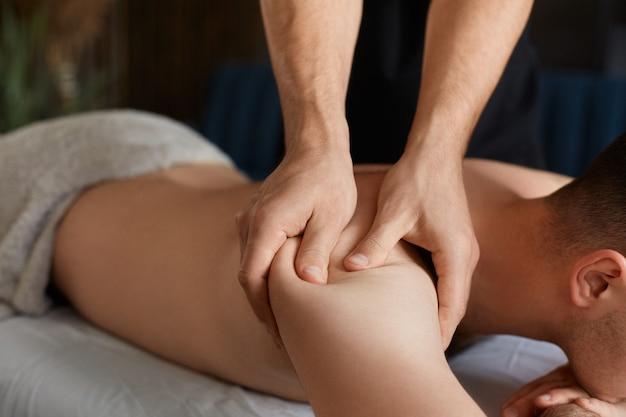 Masażysta wykonuje masaż