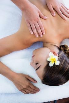 Masażystka daje masaż relaksującej kobiecie