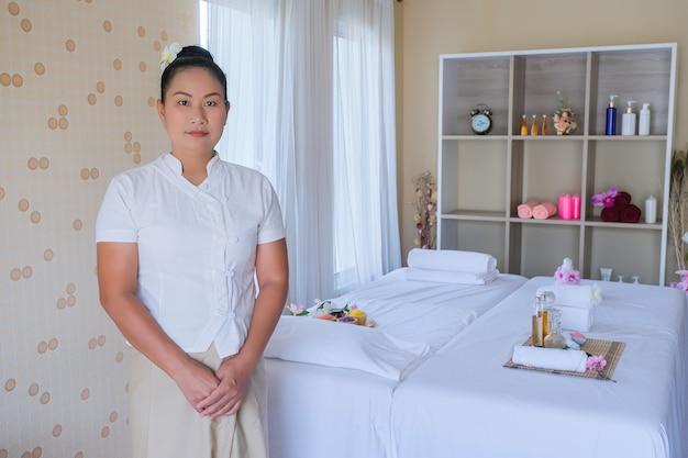 Masażystka stoi przy przyjmowaniu gości, aby rozmasować i rozluźnić mięśnie
