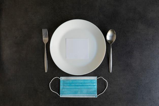 Maseczka do twarzy na talerzu na betonowym stole