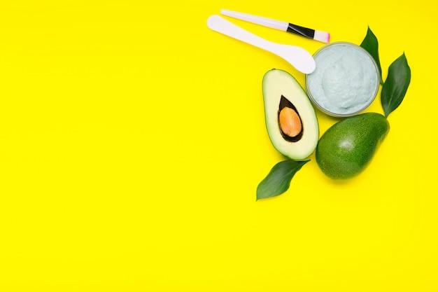 Maseczka do twarzy z awokado w szklanym słoju, domowej roboty odżywcza maska wykonana z puree z awokado